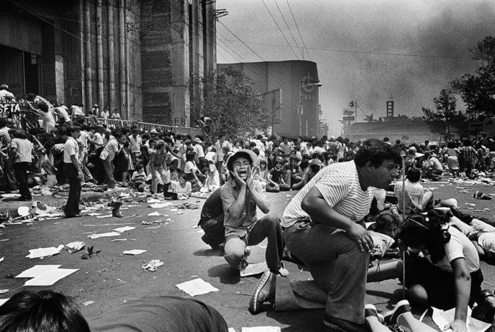 Snipers attaquant la foule pendant les funérailles de l'archevêque Romero, San Salvador 30 mars 1980 Koen Wessing © Koen Wessing / Nederlands Fotomuseum, Rotterdam, Pays-Bas